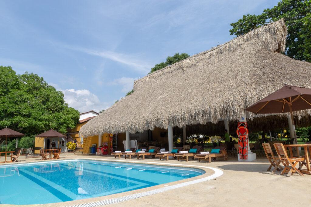Piscina solarium y bar en el hotel Iguana de Santa Fe